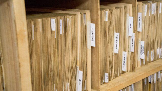 Detalhe de uma das estantes da coleção de discos do pesquisador Leon Barg. Arquivo Leon Barg / Acervo IMS. Foto de Konrahd Karam