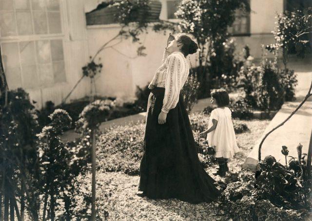 Elvira Leopardi Pastore e sua filha Maria Lúcia, c. 1908. Rua da Assembléia, São Paulo, SP. Foto de Vincenzo Pastore / Acervo IMS