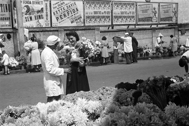 Ensaio fotográfico A nova mulher, c. 1940. Largo do Arouche, São Paulo. Foto de Hildegard Rosenthal / Acervo IMS