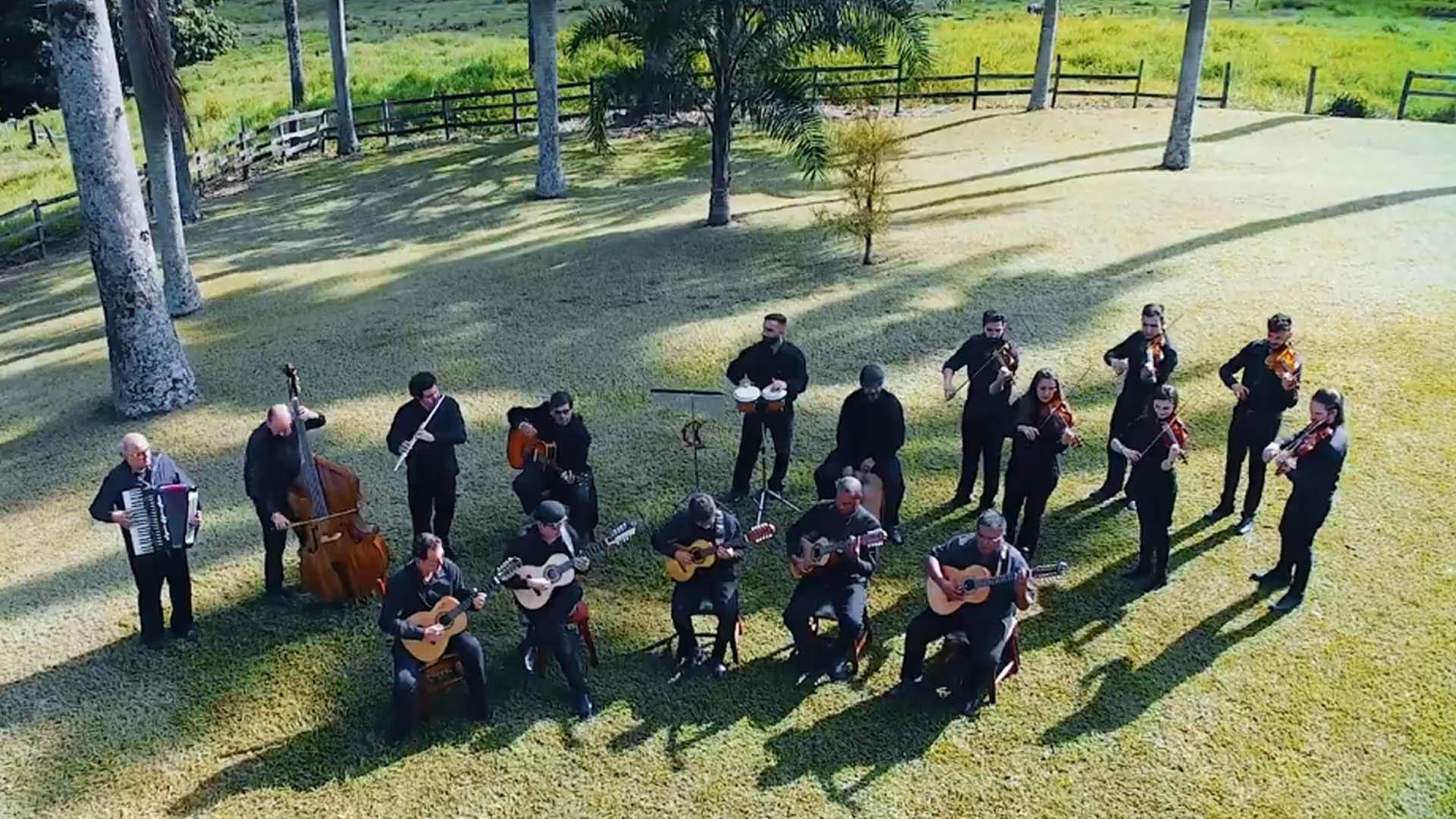 Maestro Agenor Ribeiro Netto e a orquestra Violas e Violinos