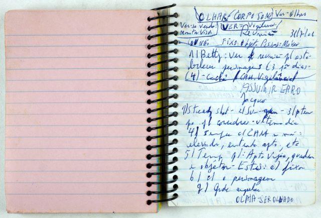 Caderno de anotações de Eduardo Coutinho usado nas filmagens de <em>Edifício Master</em> (2002. 110 min.). Arquivo Eduardo Coutinho / Acervo IMS