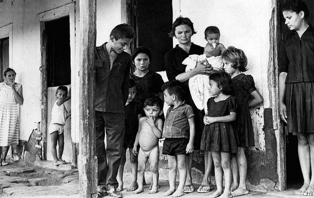 Elizabeth Teixeira e seus filhos no filme <em>Cabra marcado para morrer</em> (1964-1984. 119 min.), de Eduardo Coutinho