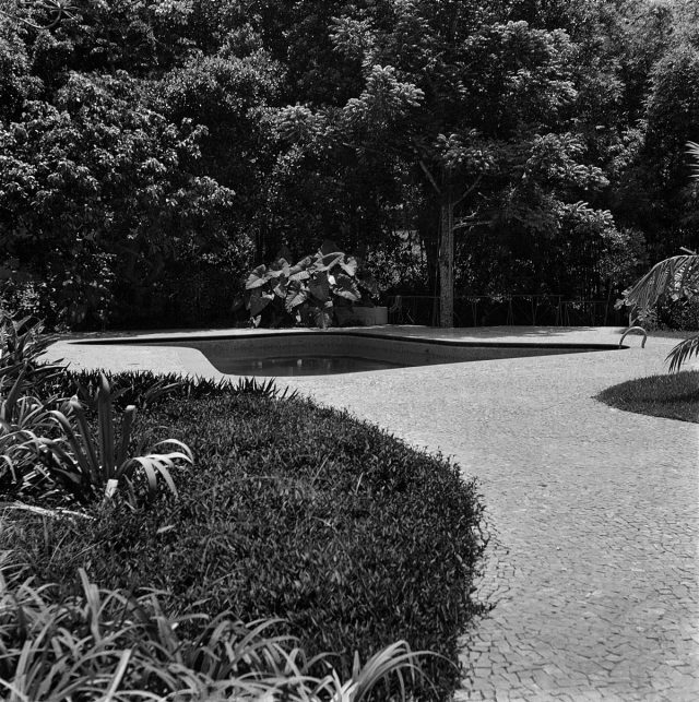Piscina e jardim do IMS Rio, 1954. Foto de Marcel Gautherot / Acervo IMS