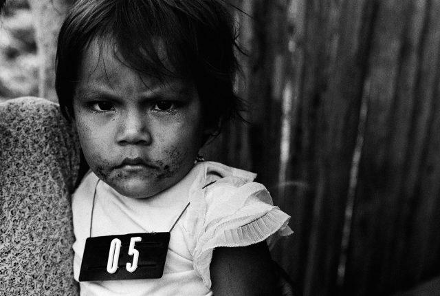 """Missão Boas Novas, Roraima, 1981. Foto de Claudia Andujar da série """"Marcados"""",  que integra a exposição """"Claudia Andujar: A luta Yanomami"""""""