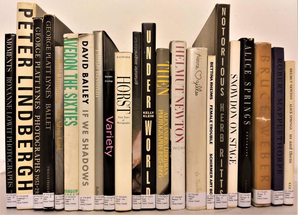 Alguns dos livros reunidos na exposição <em>Destaques da coleção Vania Toledo</em>, na Biblioteca de Fotografia do IMS Paulista