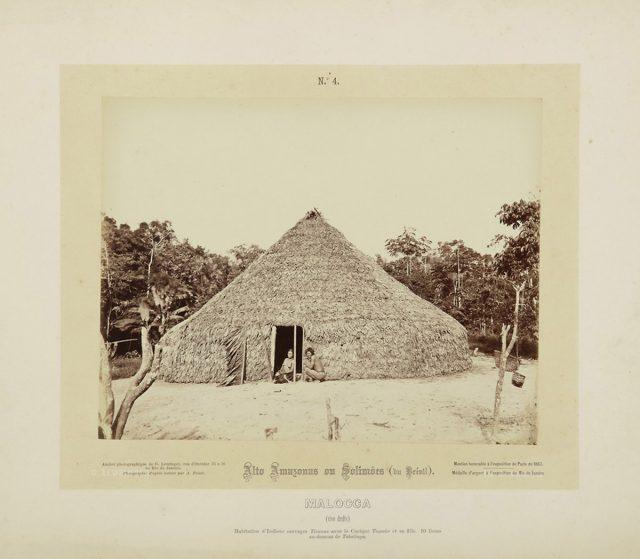 """Maloca dos Tucunas, identificado como """"povo indígena selvagem"""" por Frisch. Alto Amazonas ou Solimões, 1867-68. Imagem publicada pela Casa Leuzinger em 1869, no conjunto <em>Resultado de uma expedição fotográfica pelo Solimões ou Alto Amazonas e pelo rio Negro</em>. Fotografia de Albert Frisch / Acervo IMS"""