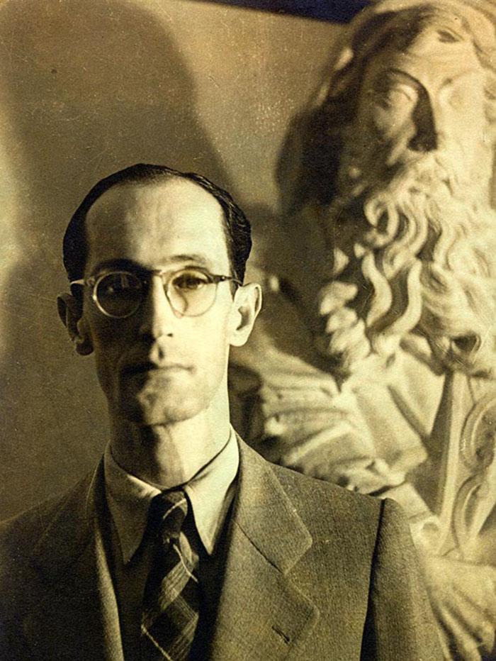 Drummond na sede do extinto Ministério da Educação e Saúde, no Rio, onde era chefe de gabinete do ministro Gustavo Capanema, em 1942. Arquivo CDA / Acervo IMS
