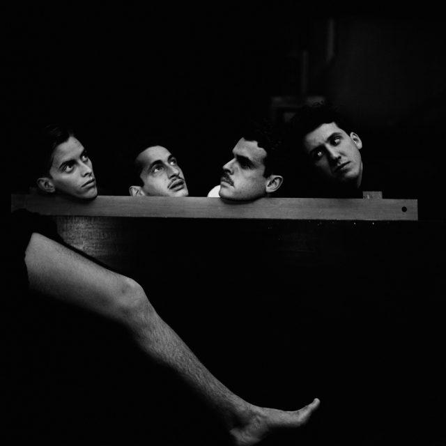 Experiência surrealista com os colegas da Escola Politécnica (Poli), 1947, São Paulo. Foto de Thomaz Farkas © Thomaz Farkas State/ Acervo IMS