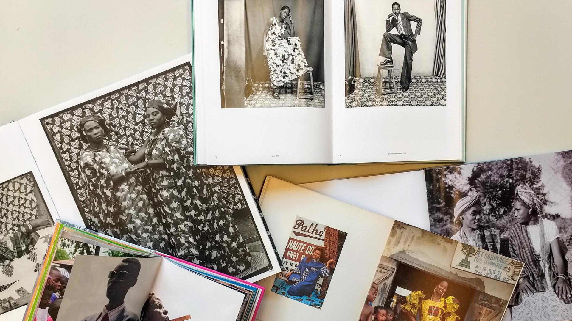 Livros da exposição Indumentárias negras em foco, na Biblioteca de Fotografia do IMS Paulista