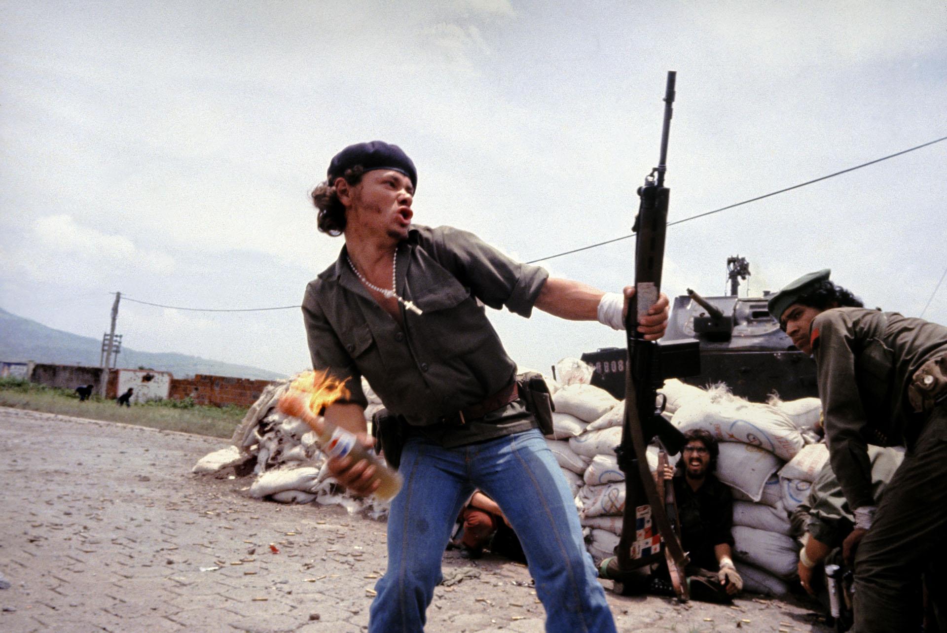 Sandinistas nos muros do quartel-general da Guarda Nacional: o homem-molotov, Estelí, Nicarágua, 16 de julho de 1979. © Susan Meiselas/Magnum Photos