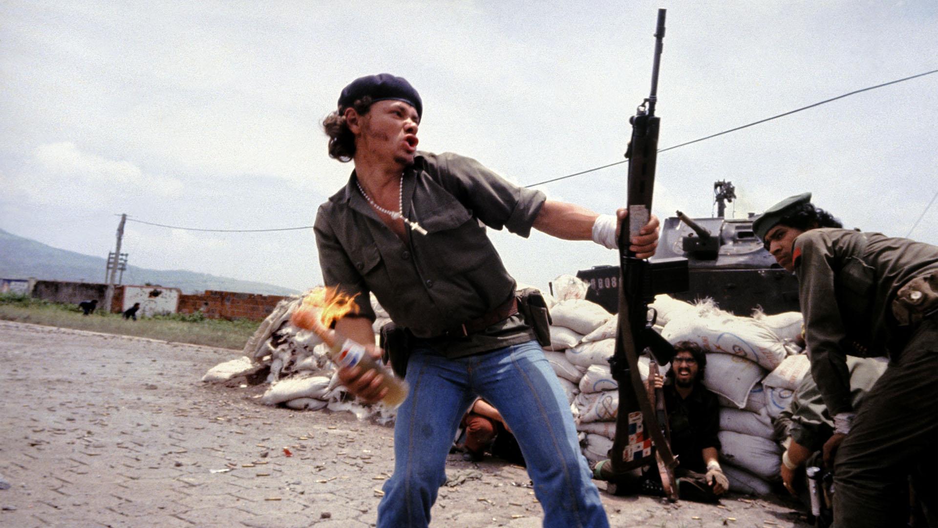 Sandinistas nos muros do quartel da Guarda Nacional: o homem-molotov, Estelí, Nicarágua, 16 de julho de 1979. © Susan Meiselas/Magnum Photos
