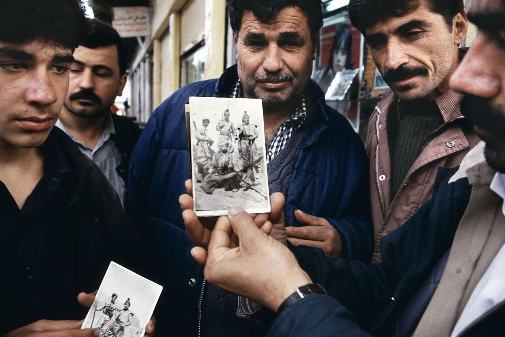 Jamal Keder Osman mostra uma foto que ele carrega de si vestido de soldado peshmerga da rebelião de 1963, Sulaymaniyah, norte do Iraque, 1991. Da série Curdistão. © Susan Meiselas/ Magnum Photos