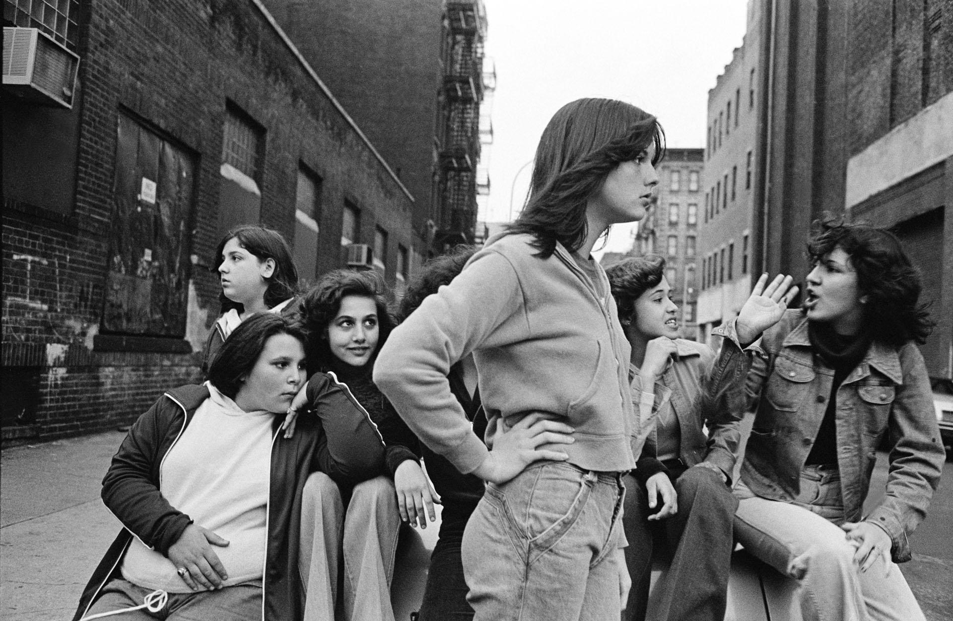 Passeando na rua Baxter, Little Italy, Nova York, EUA, 1978. Da série As meninas da rua Prince. © Susan Meiselas/ Magnum Photos