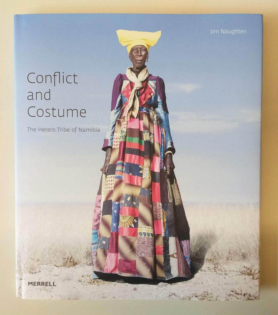Capa do livro <em>Conflict and Costume: The Herero Tribe of Namibia</em>, de Jim Naughten, que integra a exposição <em>Indumentárias negras em foco</em>