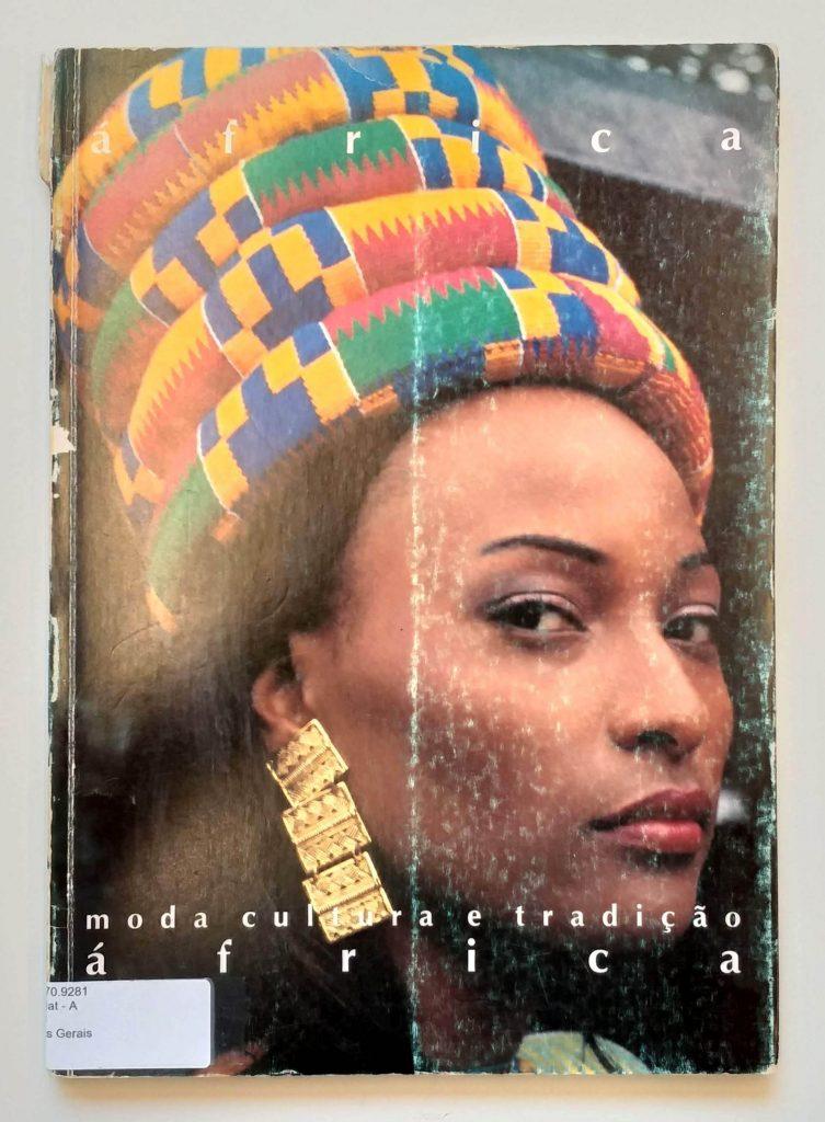 Capa do livro <em>África: moda, cultura e tradição</em>, de Maureen Bisilliat, que integra a exposição <em>Indumentárias negras em foco</em>