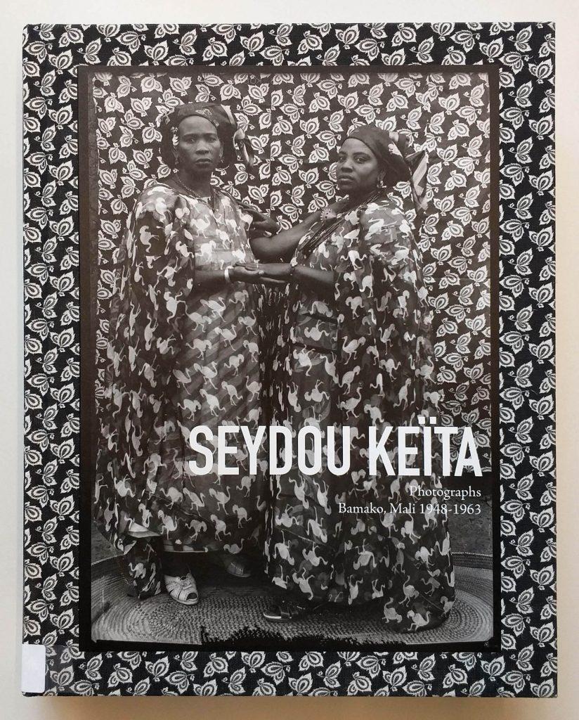 Capa do livro <em>Photographs: Bamako, Mali 1948-1963</em>, de Seydou Keïta, que integra a exposição <em>Indumentárias negras em foco</em>