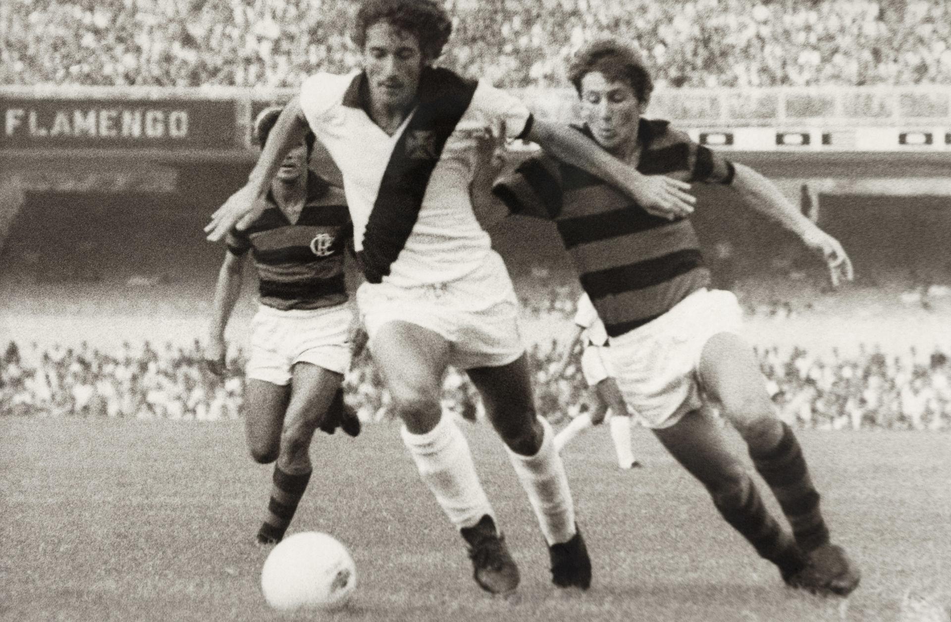 Zico disputa bola com o vascaíno Moisés no Maracanã, em 1971 (arquivo dos Diários Associados-RJ/Acervo IMS)