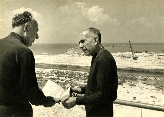 Alexandre Dothan e Erico Verissimo (à direita) em Asdot, Israel, abril de 1966. Arquivo Erico Verissimo / Acervo IMS