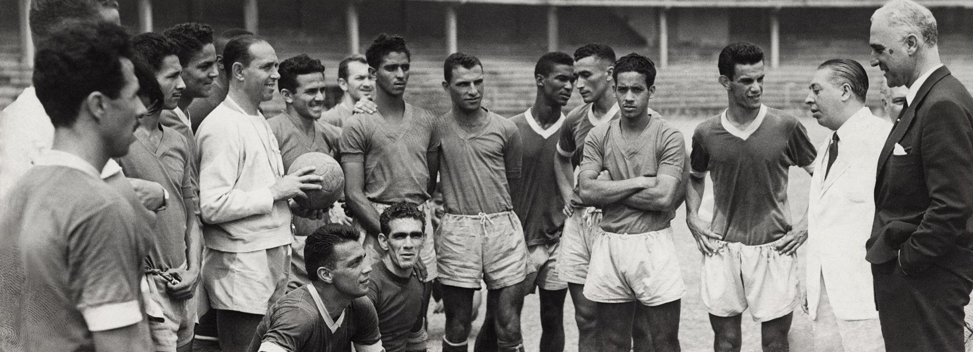 Didi (no centro e ao fundo), com o time do Fluminense, em Álvaro Chaves. Arquivo Diários Associados-RJ/Acervo IMS
