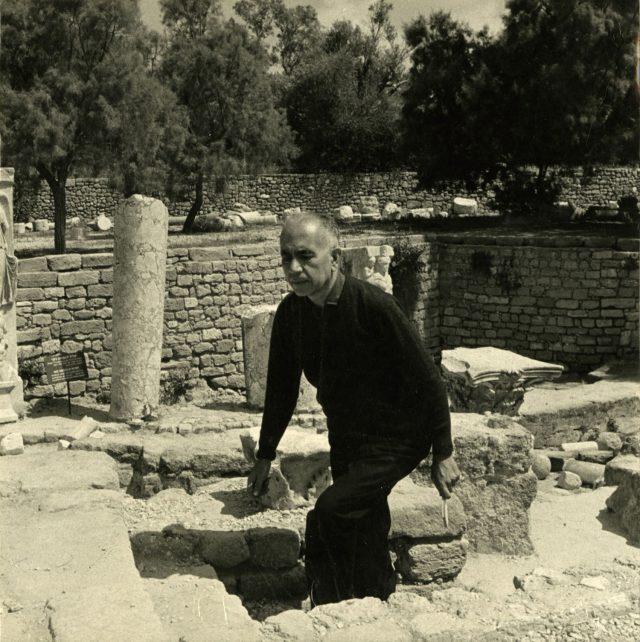 Erico Verissimo visita ruínas em Ascalão, Israel. Abril de 1966. Arquivo Erico Verissimo / Acervo IMS