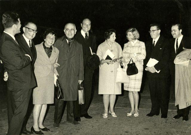Nahum Sirotsky (à esquerda), Shaul e Myriam Levin, Erico Verissimo, o embaixador do Brasil em Israel Aloysio Guedes Régis de Bittencourt, Mafalda Volpe Verissimo, Beila Sirotsky, o embaixador do Uruguai e Nassim Itzhak no aeroporto de Tel Aviv por ocasião da chegada em Israel, 1 de abril de 1966. Arquivo Erico Verissimo / Acervo IMS