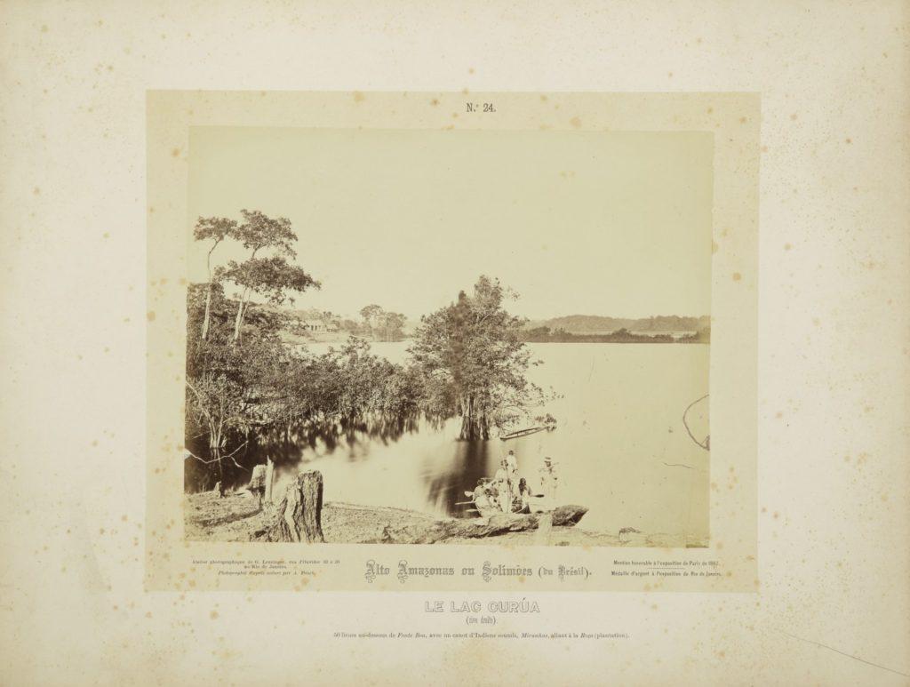 """""""Lago Curúa (margem direita), 240 quilômetros abaixo da Fonte Boa, com uma canoa de índios submissos, Miranhas, indo para a roça (plantação)"""". Alto Amazonas ou Solimões, Amazônia, 1867-68. Imagem publicada pela Casa Leuzinger em 1869, no conjunto Resultado de uma expedição fotográfica pelo baixo Solimões ou Alto Amazonas e pelo rio Negro. Fotografia de Albert Frisch / Acervo IMS"""