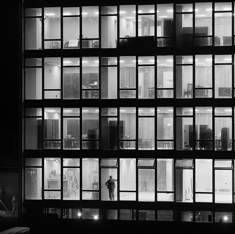 Torre administrativa do Congresso Nacional, 1960. Esplanada dos Ministérios, Brasília, DF. Foto de Peter Scheier / Acervo IMS