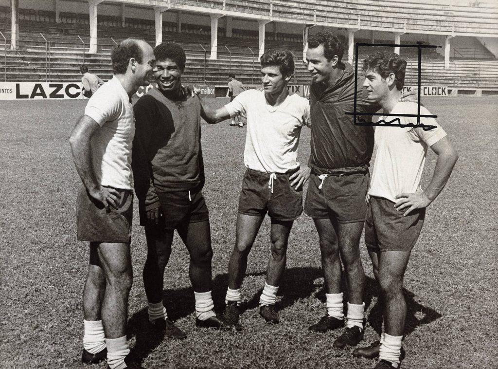 Dino Sani (à esquerda), Jair Marinho (segundo à esquerda) e Rivelino (à direita) no treino do Corinthians nas Laranjeiras, em 1967. Arquivo Diários Associados-RJ / Acervo IMS