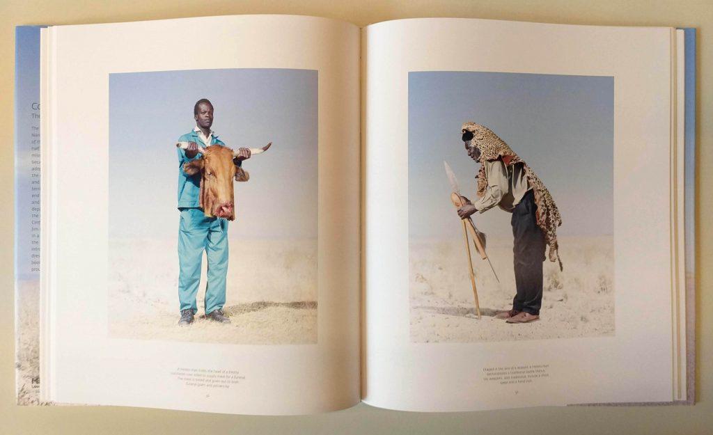 Páginas de <em>Conflict and Costume: The Herero Tribe of Namibia</em>, de Jim Naughten, que integra a exposição <em>Indumentárias negras em foco</em>