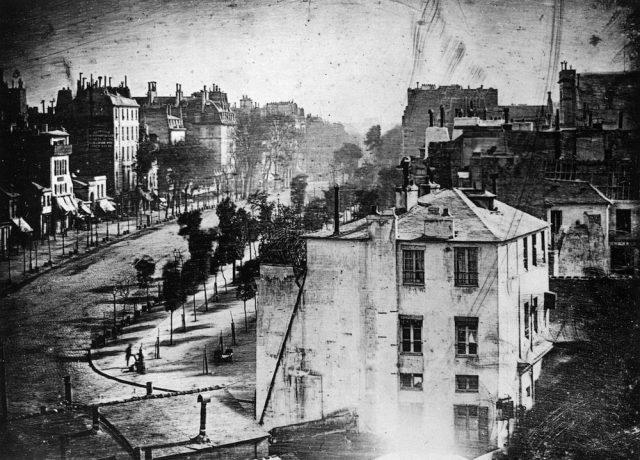 O Boulevard du Temple, em Paris, entre 1838 e 1839. Daguerre fez duas imagens do mesmo local em horários diferentes, a partir da janela de seu ateliê, e presenteou o rei Louis I da Baviera com o conjunto. Foto de Louis-Jacques-Mandé Daguerre / Bayerisches Nationalmuseum, Munique (Alemanha)