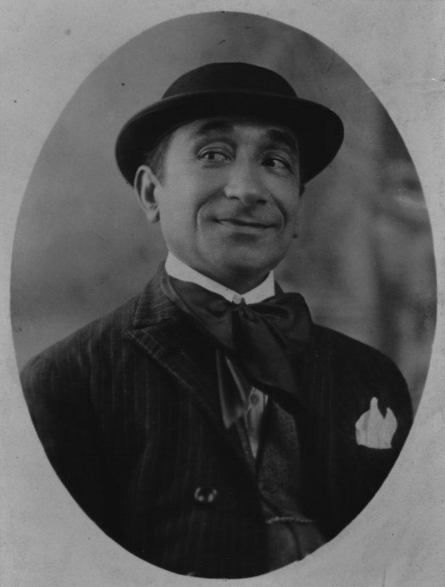 Retrato de homem usando chapéu e terno