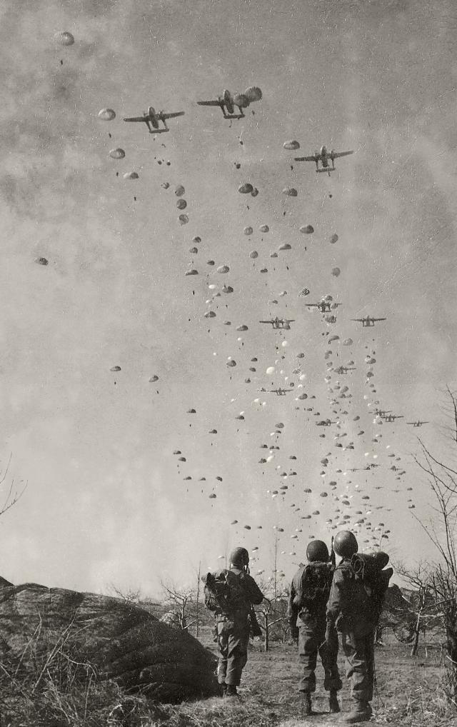Paraquedistas norte-americanos em ação durante a operação Tomahawk, 1951. Coreia do Sul. Fotografia de Luciano Carneiro/Acervo Instituto Moreira Salles.