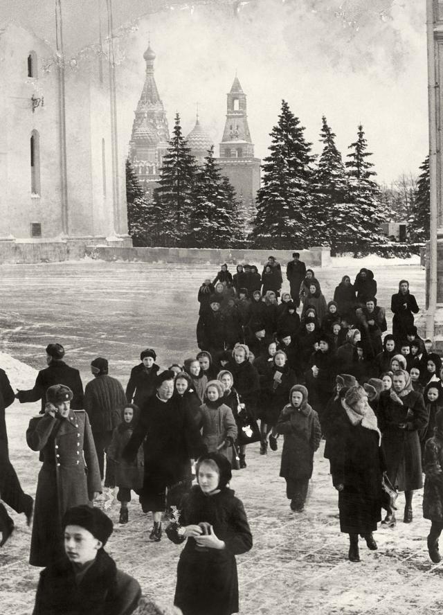 População na Praça Vermelha. Ao fundo o Kremlim. Moscou, dezembro de 1957. Foto de Luciano Carneiro/ Acervo Instituto Moreira Salles/IMS