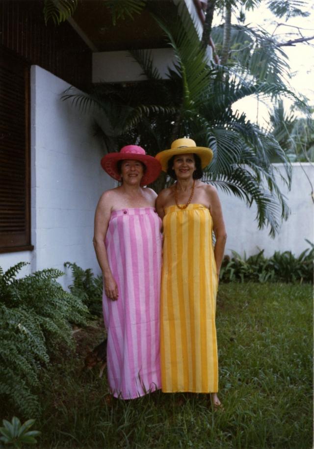 Lygia Fagundes Telles e Hilda Hilst. Guarujá, 1986. Foto: autor não identificado. Acervo Lygia Fagundes Telles/IMS