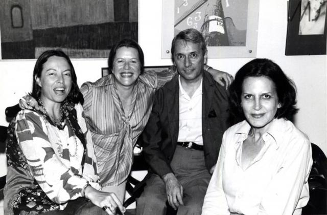 Nélida Piñon, Hilda Hilst, Wilson Martins e Lygia Fagundes Telles em reunião na casa de Guilherme Figueiredo. Rio de Janeiro, 1980. Foto: Ana Vitória Mussi. Acervo Lygia Fagundes Telles/IMS.