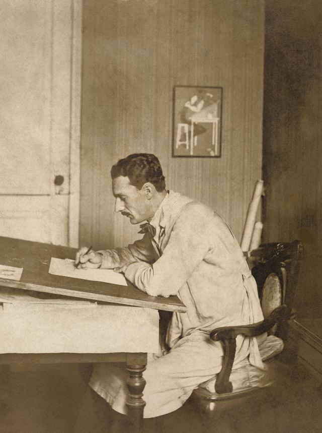 J. Carlos trabalhando num de seus desenhos, c.1930. Autoria desconhecida. Coleção Eduardo Augusto de Brito e Cunha/ Instituto Moreira Salles